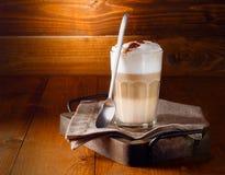 Café posé délicieux de crème de latte image libre de droits