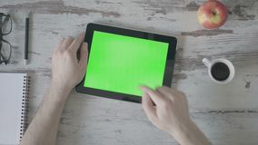 Café potable étroit de la main du ` s d'homme d'affaires utilisant le comprimé vert d'écran banque de vidéos