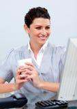 Café potable assuré de femme d'affaires Images stock