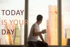 Café potable au lever de soleil Expression de motivation photo stock