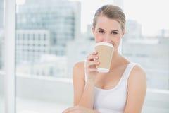 Café potable blond mignon gai photographie stock libre de droits