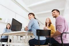 Café potable d'équipe créative heureuse au bureau Image stock