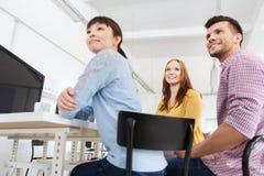 Café potable d'équipe créative heureuse au bureau Photographie stock