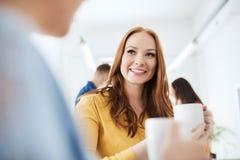 Café potable d'équipe créative heureuse au bureau Photo stock