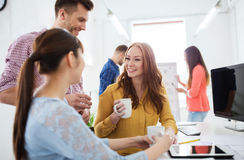 Café potable d'équipe créative heureuse au bureau Photos libres de droits
