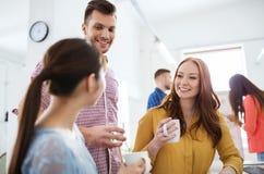 Café potable d'équipe créative heureuse au bureau Photo libre de droits