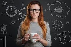 Café potable d'étudiant calme et choix d'un dessert savoureux photographie stock