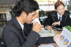 Café potable d'homme d'affaires bel en café photographie stock