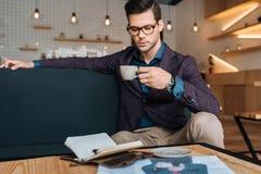 Café potable d'homme d'affaires dans le café Images stock