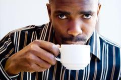 Café potable d'homme africain Photographie stock libre de droits