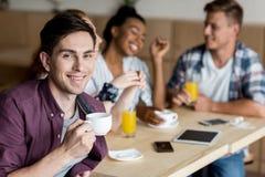 Café potable d'homme avec des amis Image stock