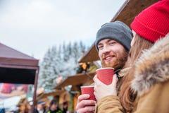 Café potable d'homme barbu dehors avec son amie Photo stock