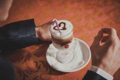 Café potable d'homme bel à en le café Marié Photographie stock libre de droits