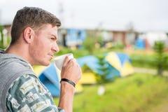 Café potable d'homme caucasien photo libre de droits