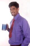 café potable d'homme d'affaires heureux dans le bureau Image libre de droits