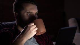 Café potable d'homme et à l'aide du comprimé numérique la nuit clips vidéos