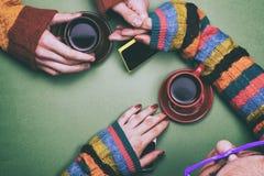Café potable d'homme et de femme et parler et tenir des mains Photos libres de droits