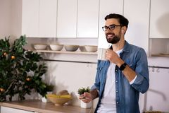 Café potable d'homme positif pendant le matin photos stock
