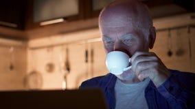 Café potable d'homme supérieur de tasse tout en à l'aide de l'ordinateur portable Indépendant la nuit fonctionnant du siège socia clips vidéos