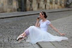 Café potable de ballerine élégante sur la rue Photographie stock libre de droits