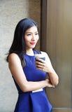 Café potable de belle femme d'affaires chinoise Image libre de droits