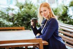 Café potable de belle femme dans un café Images stock