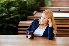 Café potable de belle femme dans un café Photographie stock