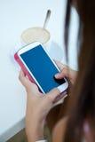 Café potable de belle fille et textoter avec le téléphone portable Image stock