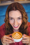 Café potable de brune occasionnelle Image stock