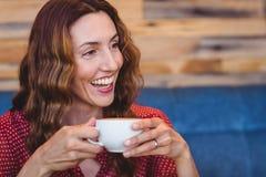 Café potable de brune occasionnelle Image libre de droits