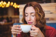 Café potable de brune occasionnelle Photos stock