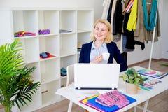 Café potable de concepteur féminin Photographie stock libre de droits