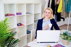 Café potable de concepteur féminin Photographie stock