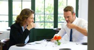 Café potable de couples banque de vidéos