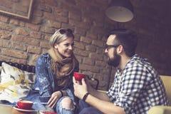 Café potable de couples Photographie stock