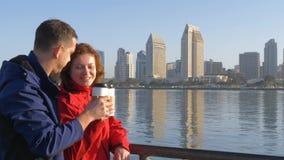 Café potable de couples affectueux à San Diego banque de vidéos