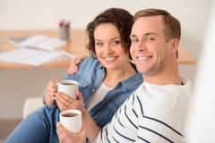 Café potable de couples agréables Images stock