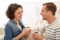 Café potable de couples agréables Photo libre de droits