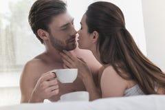 Café potable de couples dans le lit images stock