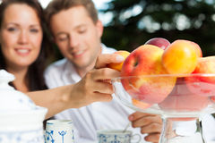Café potable de couples dans leur jardin Photographie stock libre de droits