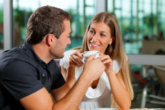 Café potable de couples en café Photographie stock libre de droits