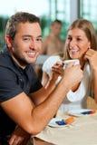 Café potable de couples en café Photographie stock libre de droits