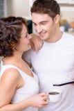 Café potable de couples heureux Image stock