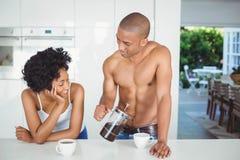 Café potable de couples heureux dans la cuisine Images libres de droits