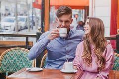 Café potable de couples heureux en café Photographie stock libre de droits