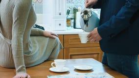 Caf? potable de couples m?connaissables dans la cuisine clips vidéos
