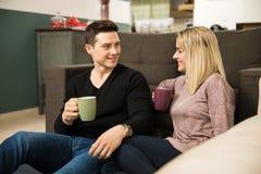 Café potable de couples mignons à la maison Photos stock