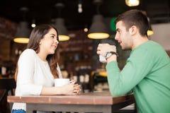 Café potable de couples mignons à un restaurant Photographie stock