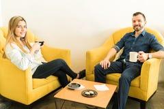 Café potable de couples mignons une date Image stock