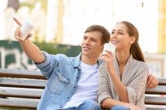 Café potable de couples positifs Photos stock